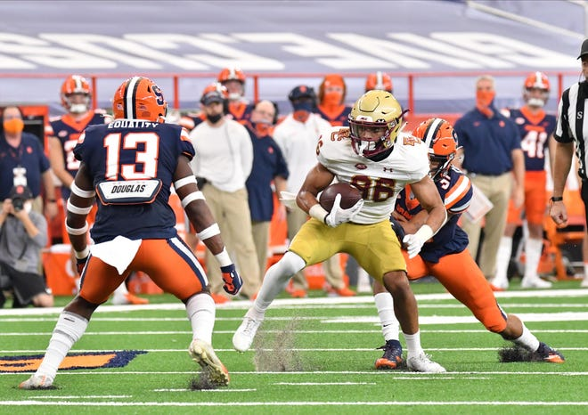 Boston College wide receiver Jaelen Gill (86) prepares to make a move against Syracuse linebacker Mikel Jones (13) after making a catch in the first quarter.