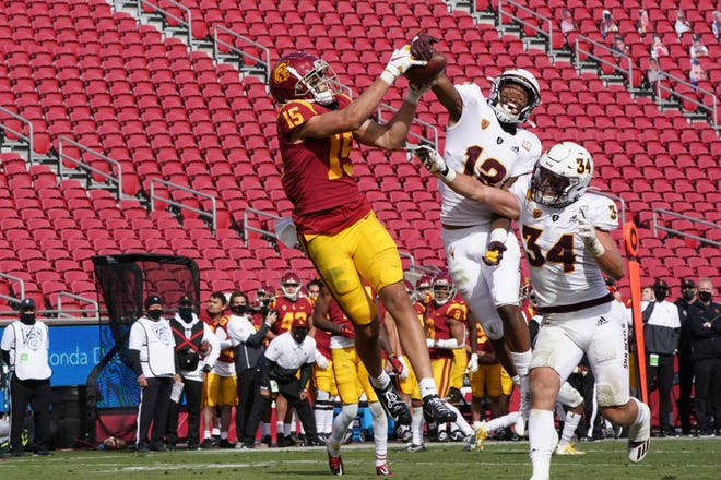 Moorpark High graduate Drake London catches a 21-yard touchdown pass with 1:20 to play to help USC beat as Arizona State 28-27 last Saturday.