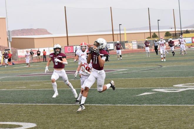 Penerima bintang Pine View, Dom McKenzie melakukan tangkapan over-the-shoulder dalam perjalanan untuk mencetak touchdown sepanjang 78 yard melawan Bear River.