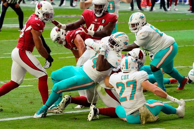 Dolphins running back Jordan Howard scores a touchdown against the Cardinals.