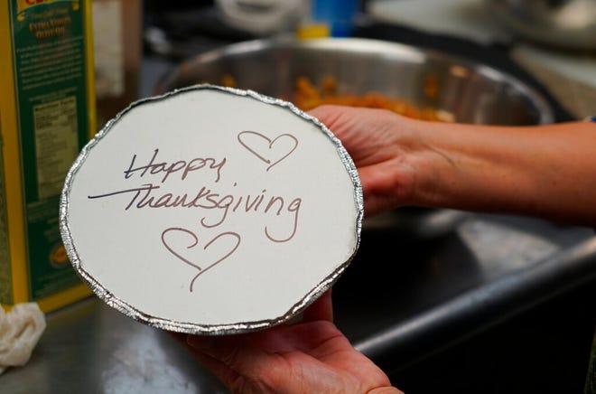 Relawan menyiapkan makanan Thanksgiving individu untuk para lansia di Hawthorne, NJ, pada 3 November 2020.