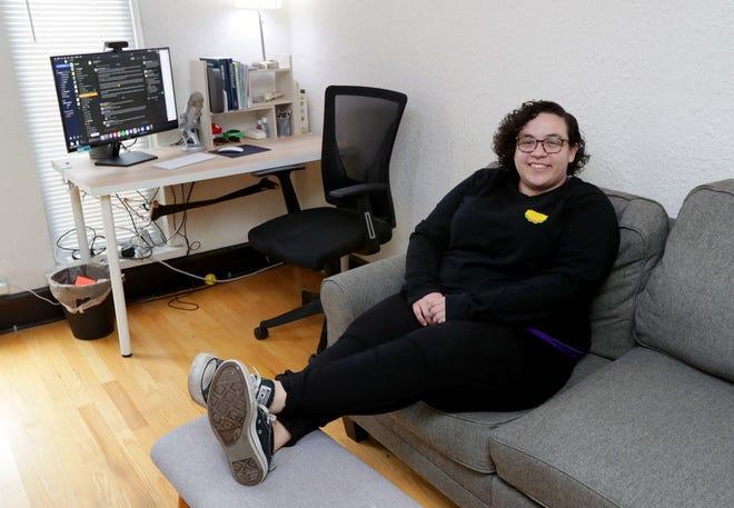 Amanda DoAmaral, fondatrice et PDG de Fiveable, dans son espace de vie de bureau à Milwaukee.  Fiveable est une start-up d'étude AP en ligne qui a déménagé à Milwaukee en 2019. Elle a grimpé en flèche à cause du COVID et a obtenu 3,5 millions de dollars en nouveaux investissements.