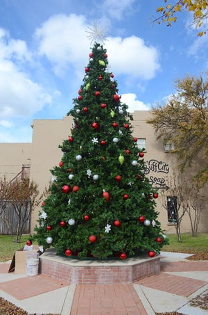 The calendar may say mid-November, but it's beginning to look a little like Christmas in downtown Van Alstyne. On Nov. 6, city crews installed a giant holiday tree around the fountain at Dorothy Fielder Park. It will be lit during the annual Christmas tree lighting festivities set for Dec. 5.