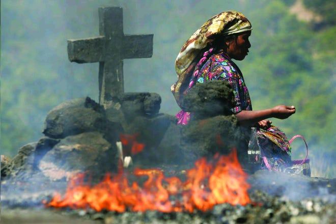 """Foto da autoria do fotojornalista Peter Pereira, captada durante um ritual Maia realizado em Guatemala. A imagem faz parte da actual exposição da """"Portuguese-American Art Gallery."""""""