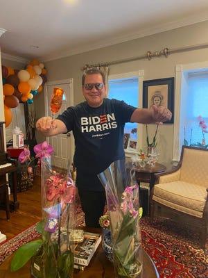 Sergio Oliveira, empresário brasileiro em Everett, MA., celebra a vitória de Joe Biden.