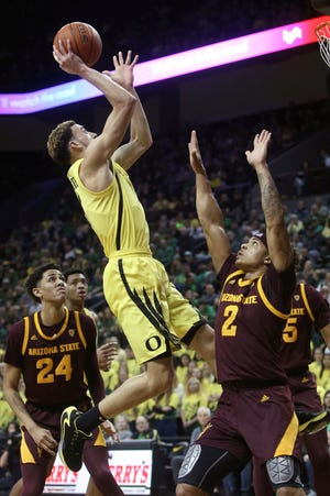 Oregon senior guard Chris Duarte, center, was named to the preseason Pac-12 all-conference team on Thursday. (Chris Pietsch/The Register-Guard)