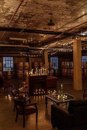 Nikmati koktail berumur barel dengan cahaya lilin di lounge makanan seluas 7.000 persegi ini di Pabrik Wiski Detroit City Distillery.