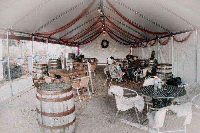 Lounge tenda di luar ruang mencicipi Ferndale Distillery Valentine.