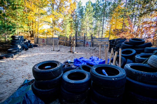Agen FBI menggerebek kamp terpencil ini pada 7 Oktober 2020 di Luther, MI yang digunakan oleh anggota milisi untuk perencanaan, peledakan bahan peledak, dan pelatihan senjata lainnya sehubungan dengan rencana untuk menculik Gubernur Whitmer.