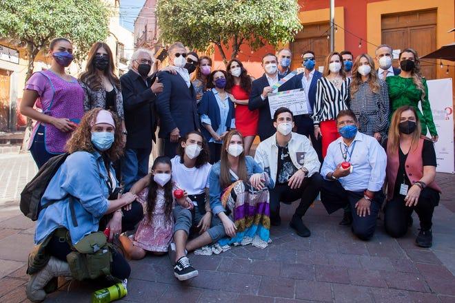 """Bajo todas las medidas de seguridad, el productor Juan Osorio, acompañado de autoridades del gobierno de Guanajuato y su equipo de actores, dio inicio a las grabaciones de la telenovela """"¿Qué le Pasa a mi Familia?"""", en León, Guanajuato."""