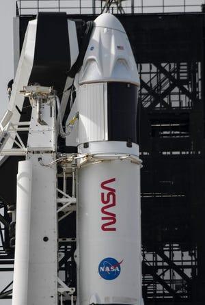 Los fotógrafos instalaron cámaras remotas mientras un SpaceX Falcon 9 está preparado para lanzarse desde el Centro Espacial Kennedy, FL el viernes 13 de noviembre de 2020. El cohete está programado para transportar a los astronautas de la misión Crew-1 a la Estación Espacial Internacional el sábado.  Crédito obligatorio: Craig Bailey / FLORIDA TODAY a través de USA TODAY NETWORK
