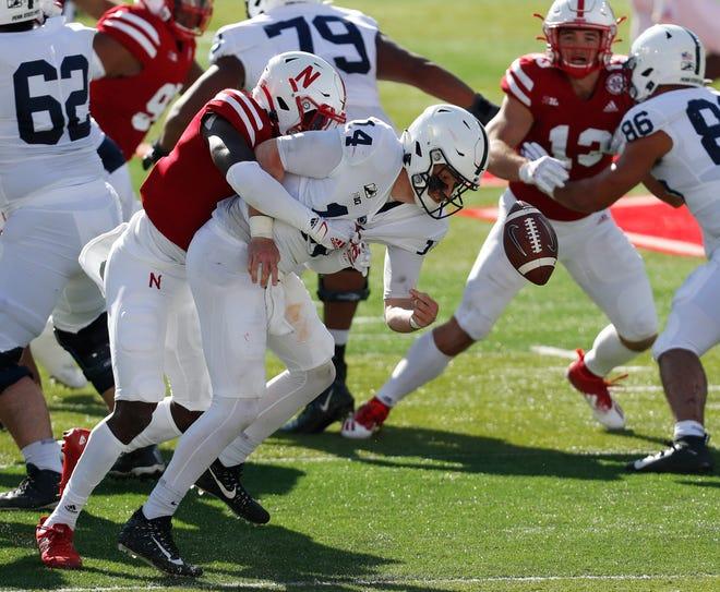 El profundo de Nebraska, Deontai Williams, fuerza el balón suelto contra el mariscal de campo de Penn State, Sean Clifford, en la primera mitad.
