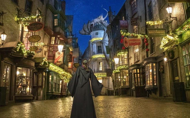 The Wizarding World of Harry Potter di Universal Orlando akan dihias saat Natal.