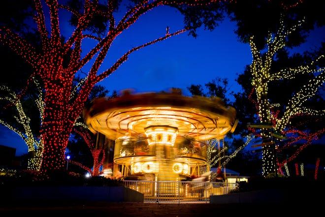 Lampu pesta membingkai Grand Carousel bertingkat dua di Legoland Florida.
