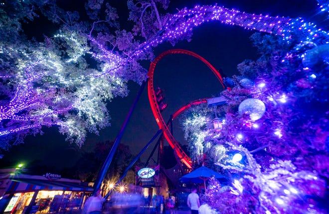 Tatakan gelas akan bergulir di Christmas Town, acara liburan yang disajikan di Busch Gardens Tampa.
