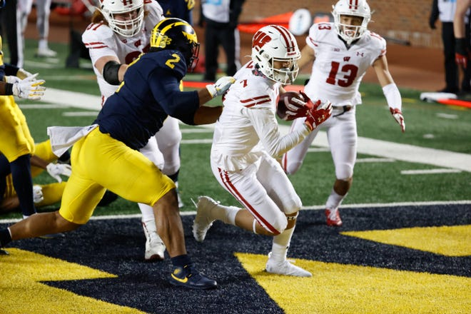 Wisconsin Badgers wide receiver Danny Davis scores a touchdown in the second half against Michigan on Nov. 14.