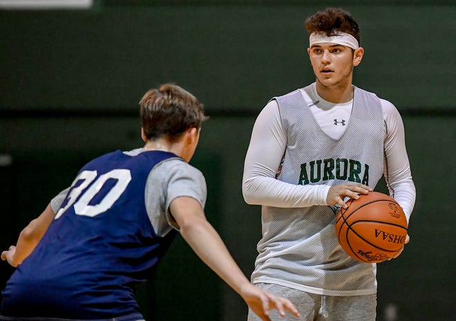 Aurora's Gabe Elsaway, right, directs the offense during a boys basketball scrimmage against Hudson.