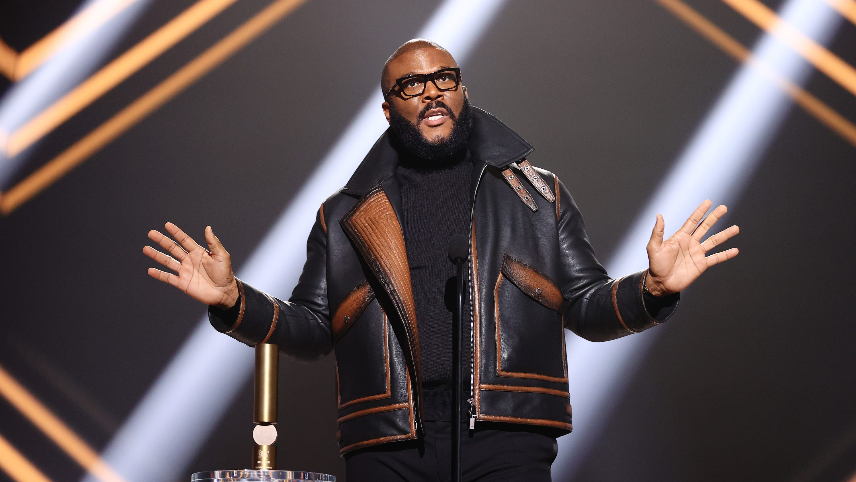 Tyler Perry feeds 5,000 families, creates traffic jam with Thanksgiving giveaway