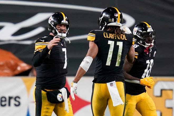 Pittsburgh Steelers quarterback Ben Roethlisberger (7) celebrates a touchdown pass to wide receiver Chase Claypool (11) against the Cincinnati Bengals on Sunday.