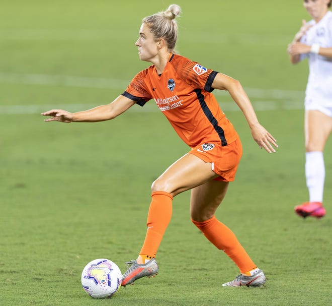 Kristie Mewis of the Houston Dash looks to pass the ball during a game between Orlando Pride and Houston Dash at BBVA Stadium on September 26, 2020 in Houston, Texas. (Roy K. Miller/isiphotos.com)