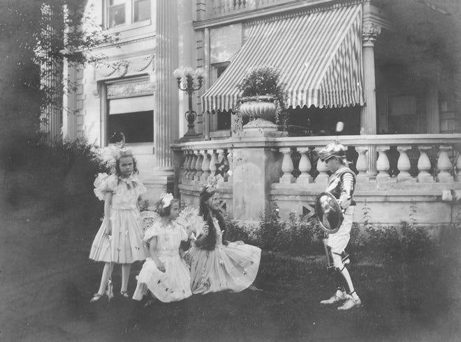 """Elisabeth """"Betty"""" Ball with her cousins Margaret, Lucy, and E. Arthur Ball (L to R), 1900-1905"""