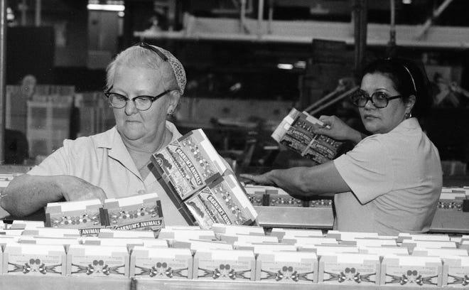 Esta foto de 1977 muestra a dos trabajadores de la planta de fabricación de Nabisco en Fairlane, Nueva Jersey.