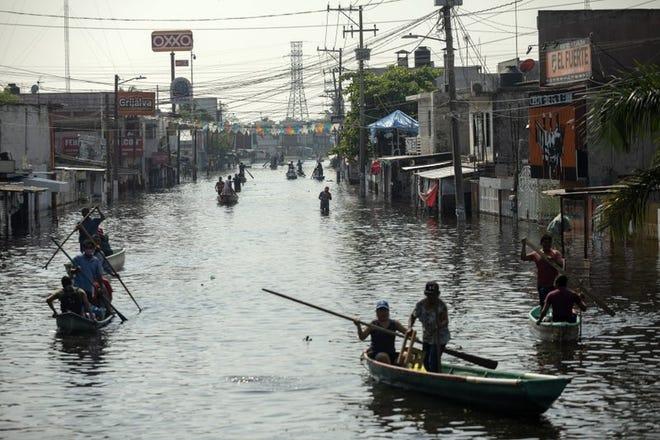 Residentes usan balsas para navegar por las calles inundadas en Villahermosa, en el estado de Tabasco, México, el miércoles 11 de noviembre de 2020.
