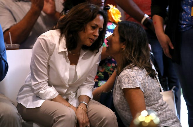 Julie Chávez Rodríguez habla con la senadora y ahora vicepresidenta electa Kamala Harris en un evento celebrado el 10 de agosto de 2019.