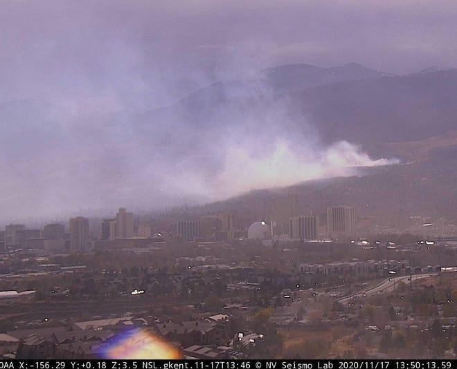 El incendio de Pinehaven arde en West Reno el 17 de noviembre de 2020.