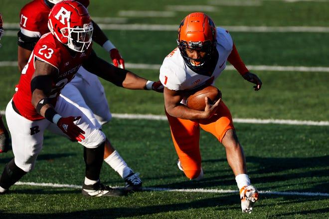 Illinois quarterback Isaiah Williams (1) rushes against Rutgers during Saturday's game in Piscataway, N.J. Illinois won 23 - 20. [AP Photo/Adam Hunger]