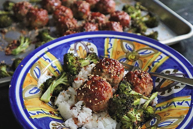 A sheetpan dinner of meatballs and broccoli comes together in short time, with no mess.