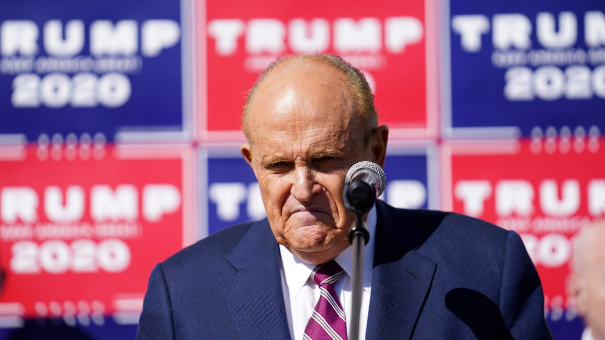 Prosecutors: Ex-fed judge favored in Giuliani raid review 3