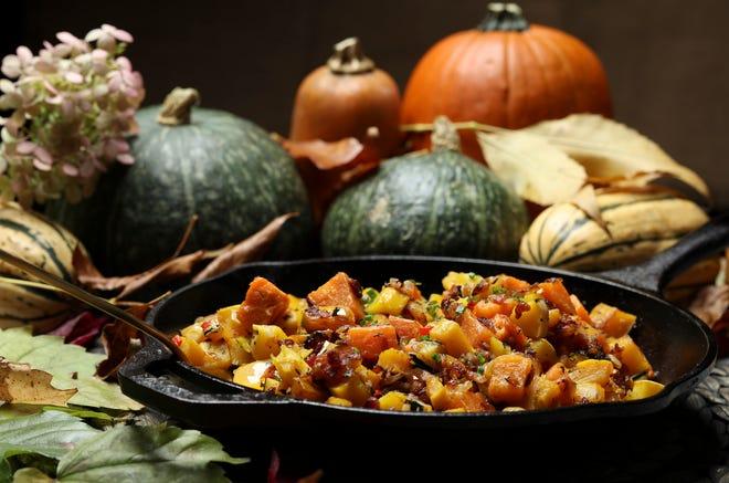 Hash squash dan ubi jalar membuat lauk yang luar biasa untuk makan malam Thanksgiving. Atau, sajikan dengan telur goreng dan irisan ham berasap untuk makan siang akhir pekan.