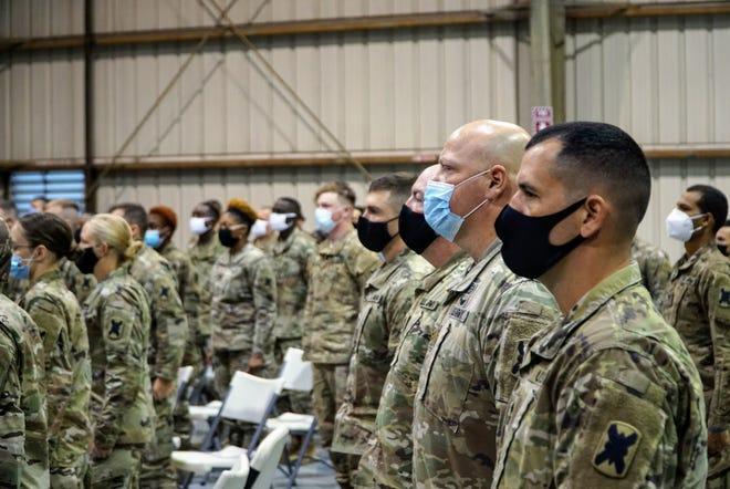 Los guardias se mantienen firmes durante una ceremonia de salida de la 156a Brigada de Infantería 'Tigre' de la Guardia Nacional de Luisiana en Lafayette el miércoles 11 de noviembre de 2020.