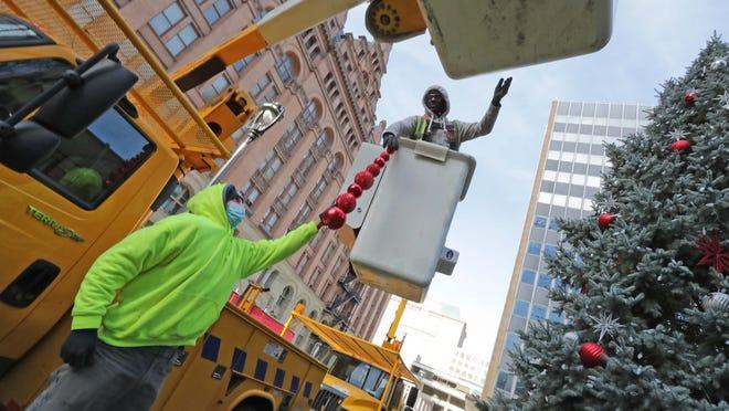 Bmo Harris Bank Christmas Display 2021 Christmas 2020 Holiday Tree Lightings And Displays In Milwaukee Area