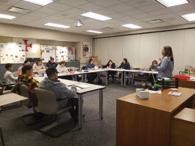 Aula de Inglês como Segunda Língua na Discovery Language Academy em New Bedford.