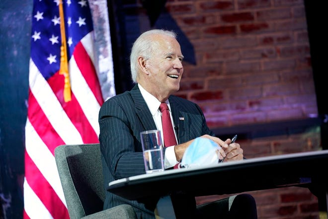 O Presidente-eleito Joe Biden participa numa reunião com o comité executivo da Associação Nacional de Governadores, no teatro The Queen, na quinta-feira, 19 de Novembro de 2020, em Wilmington, Del. (AP/Andrew Harnik)