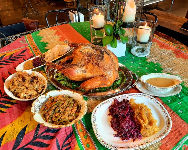 Three cats cafe has Thanksgiving meals to-go