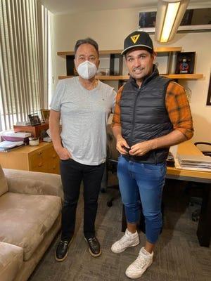"""El productor Nicandro Díaz, le dio la bienvenida a Ferdinando Valencia a """"La Mexicana y el Güero""""."""