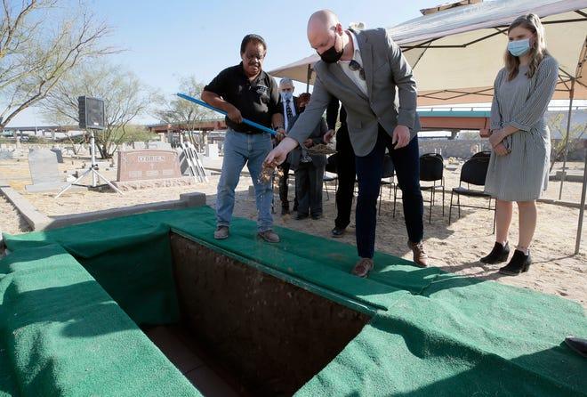 Ryan Metz, grandson of El Paso historian Leon Metz, drops dirt into his grandfather's grave during his funeral Thursday, Nov. 19, 2020, at Concordia Cemetery in Central El Paso.