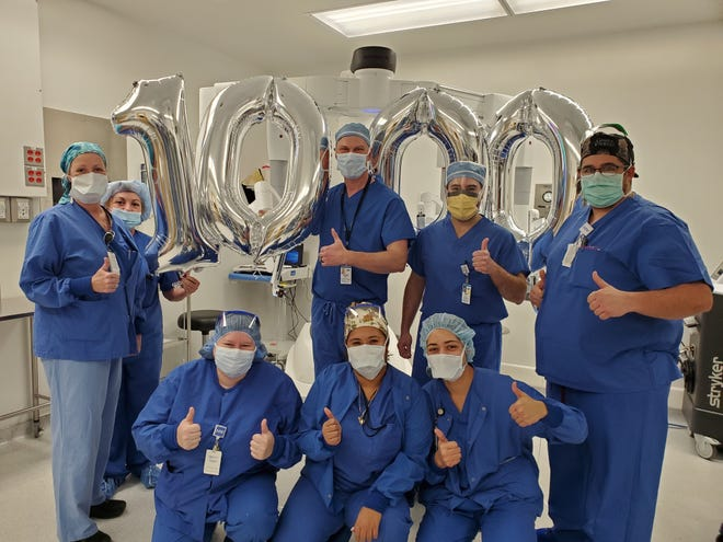 The MelroseWakefield Hospital surgical team recently celebrated performing its 1,000th robotic-assisted surgery.