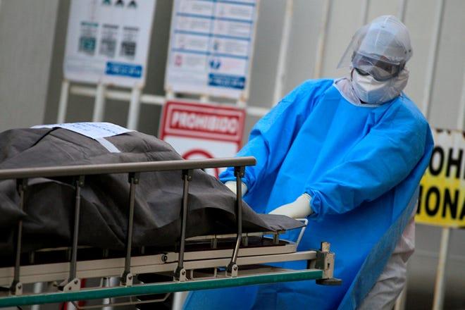 Un empleado de la salud traslada a la morgue a una víctima de covid-19 en el hospital General de la Fronteriza Ciudad Juárez, en el estado de Chihuahua (México).