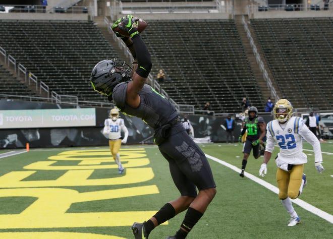 Oregon's Devon Williams pulls in the Ducks' first touchdown of the game Saturday at Autzen Stadium in Oregon's 38-35 win over UCLA.