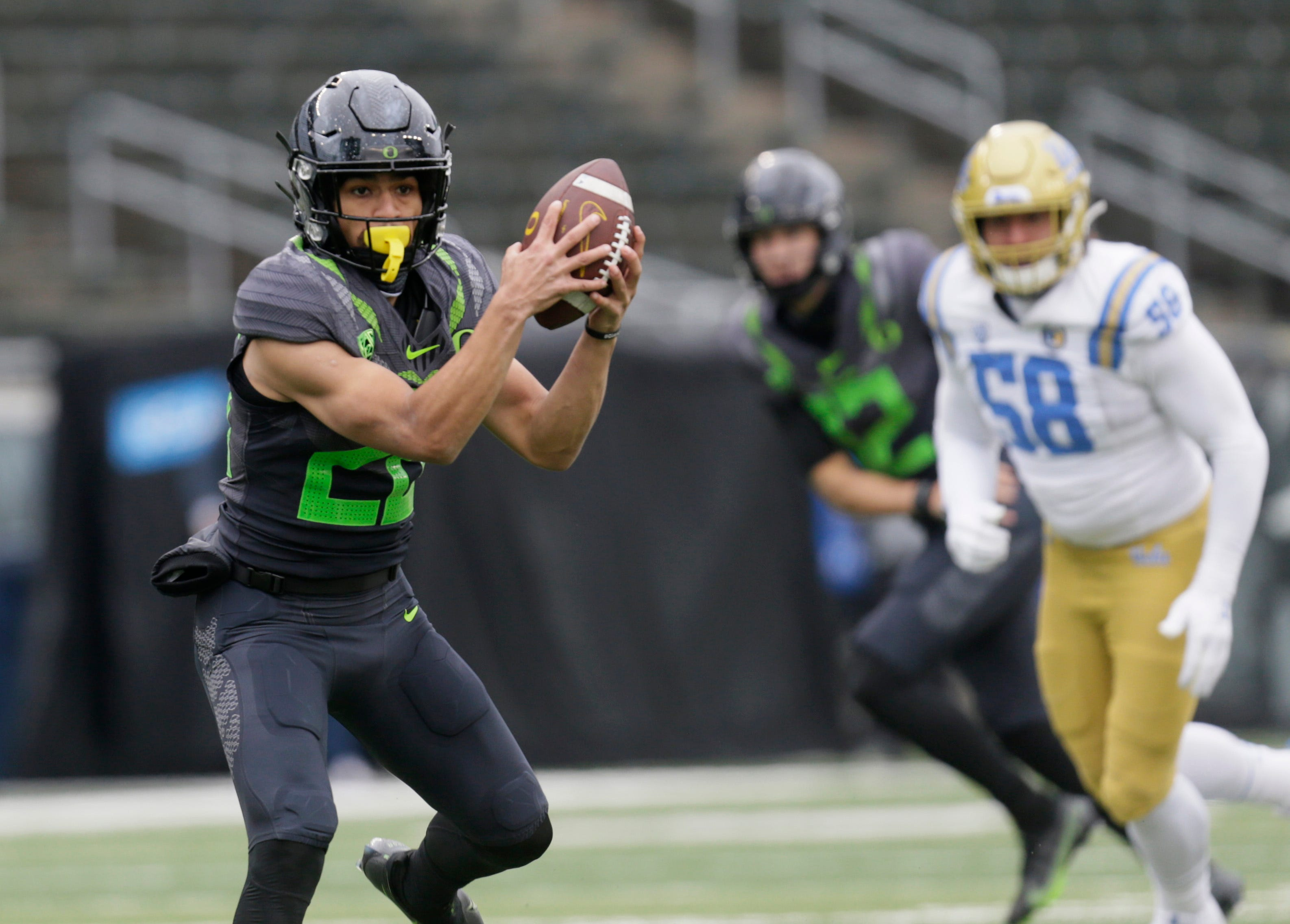 No. 13 Oregon turns tables on former coach Chip Kelly, edges UCLA