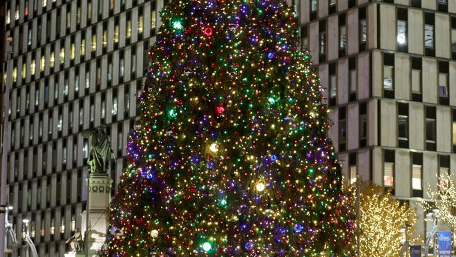 2021 Christmas Detroit Parks The Downtown Detroit Christmas Tree Still Stands And Sparkles