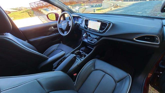 Interior yang nyaman pada Chrysler Pacifica 2021 juga memiliki desain yang simpel, elegan, dan rapi.