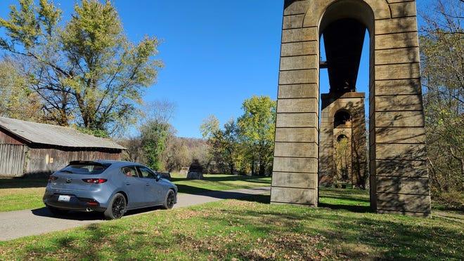 Hatchback Mazda3 Turbo 2021 di jembatan kereta di Point Pleasant, Virginia Barat.