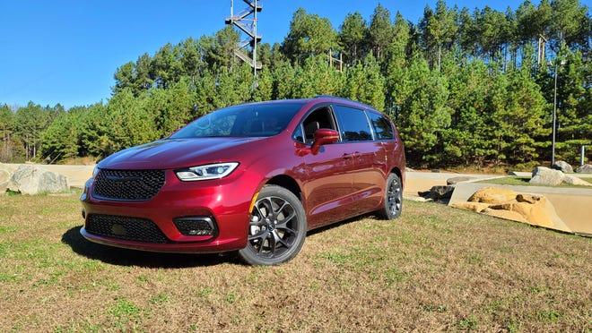 Chrysler Pacifica 2021 menambahkan AWD, fasia depan baru dan infotainment UConnect 5 yang diperbarui untuk tetap menjadi raja minivan.