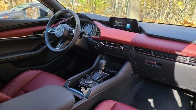 Interior hatchback Mazda3 Turbo 2021 adalah kelas mewah meskipun harga mobil $ 34.000.