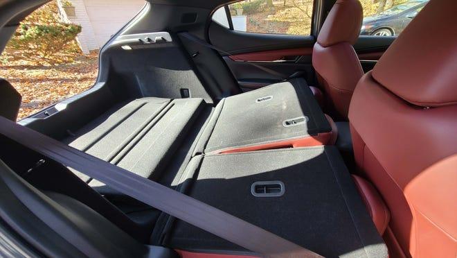 Meratakan jok belakang pada hatchback Mazda3 Turbo 2021 membuka lebih banyak ruang kargo.